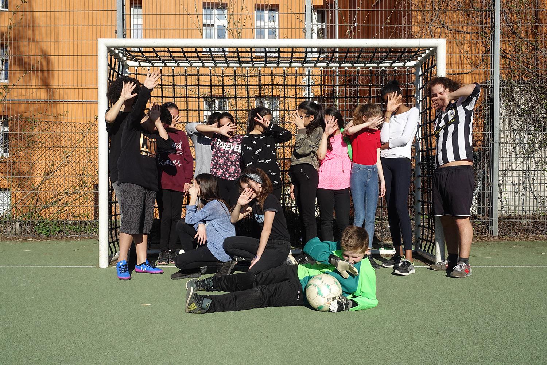 Die-Lynar-Jugendfreizeiteinrichtung_Maedchen_Fussball