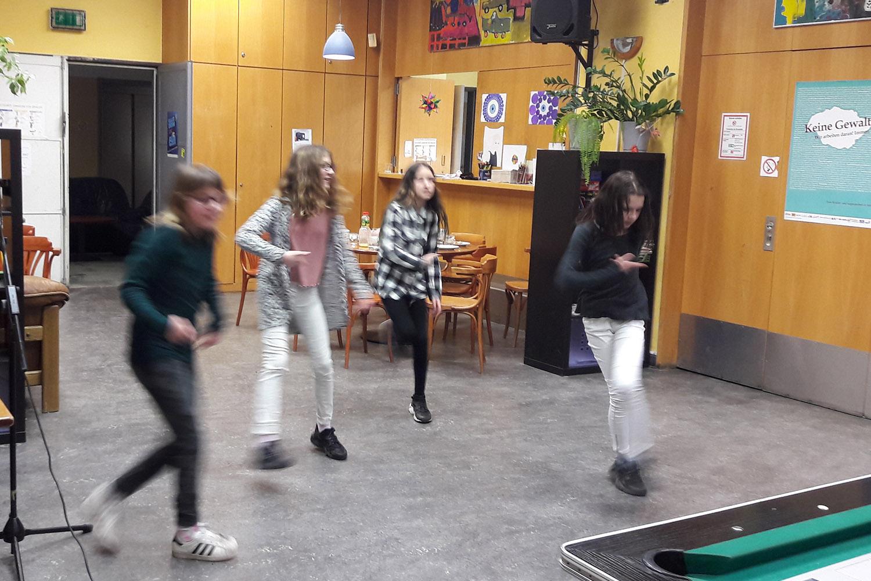 Die-Lynar-Jugendfreizeiteinrichtung_Maedchen_Tanz